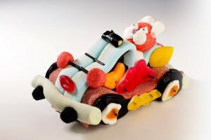 Un cabriolet confectionné en bonbons conduit par un lapin en guimauve