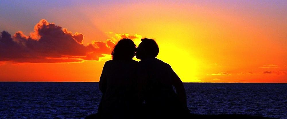 amoureux sous un coucher de soleil